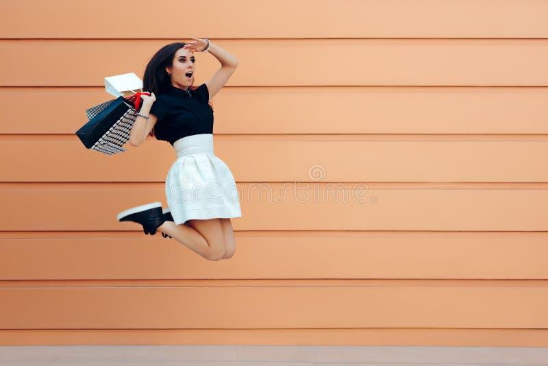 Mujer sorprendida que corre con los panieres en la estación de la venta del verano fotos de archivo libres de regalías