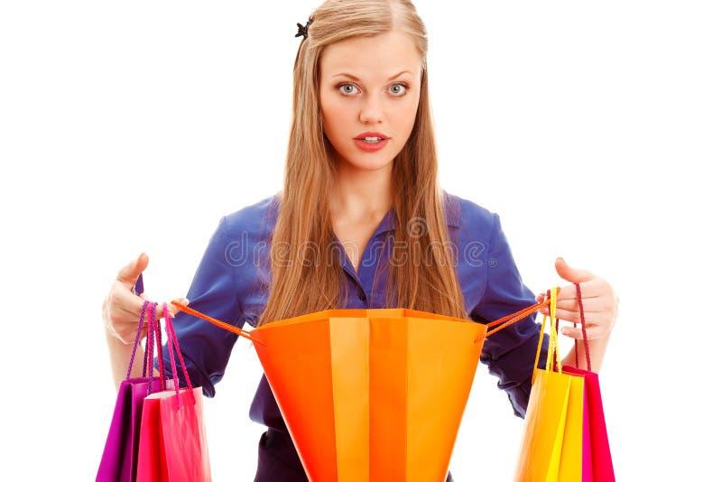 Mujer sorprendida que se coloca con el bolso de compras abierto fotos de archivo libres de regalías
