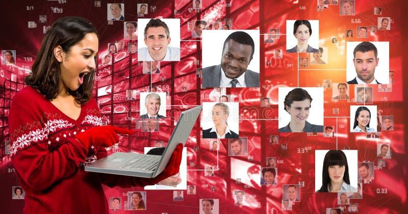Mujer sorprendida que usa el ordenador portátil contra los retratos ilustración del vector