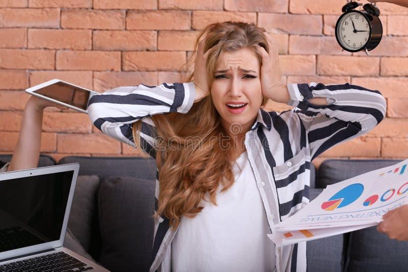 Mujer subrayada con mucho trabajo imagen de archivo libre de regalías