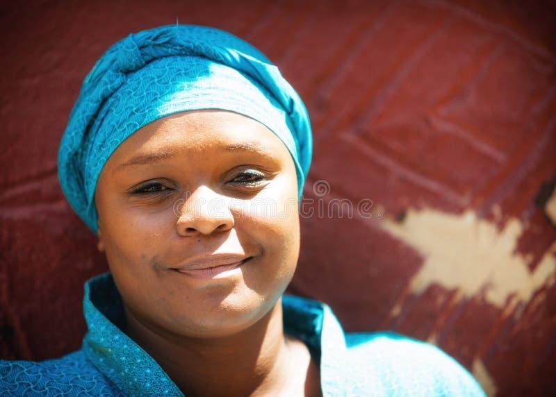 Mujer surafricana bastante joven del retrato fotografía de archivo libre de regalías