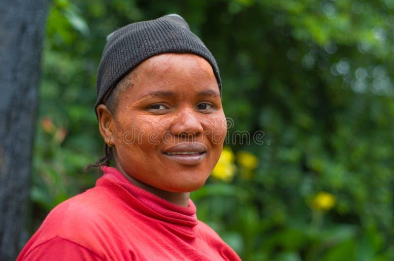 Mujer surafricana del Zulú que desgasta la protección solar tradicional del fango foto de archivo