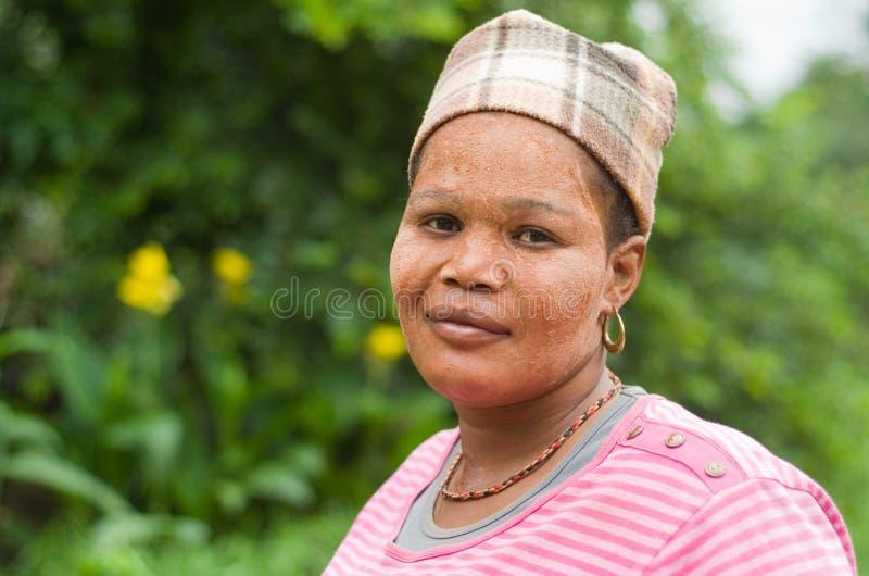 Mujer surafricana del Zulú que desgasta la protección solar tradicional del fango foto de archivo libre de regalías