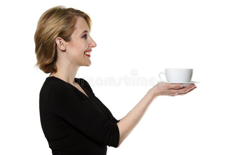 Mujer/té/café de ofrecimiento de la camarera aislado foto de archivo