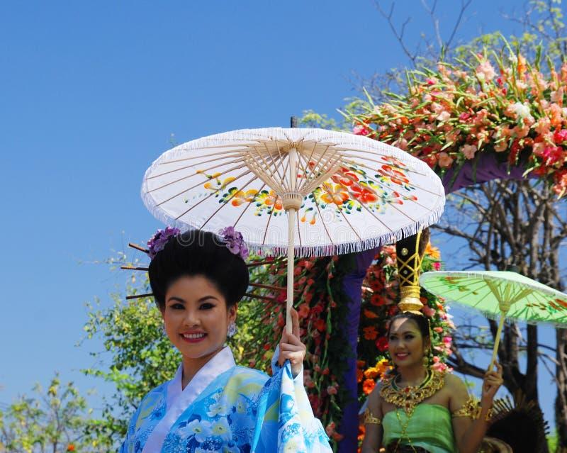 Mujer tailandesa con el paraguas imagen de archivo libre de regalías