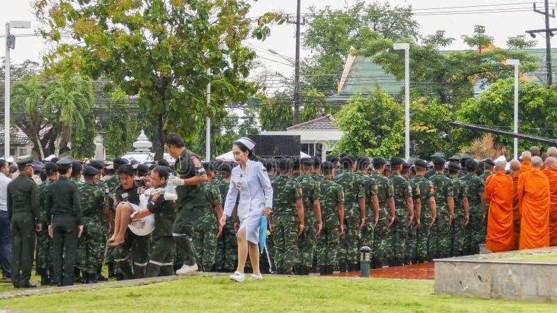 Mujer tailandesa débil durante ceremonia de luto foto de archivo