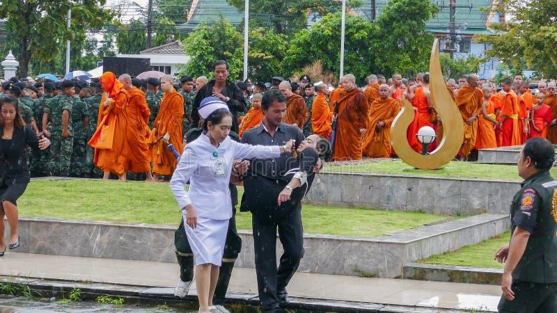 Mujer tailandesa débil durante ceremonia de luto imágenes de archivo libres de regalías