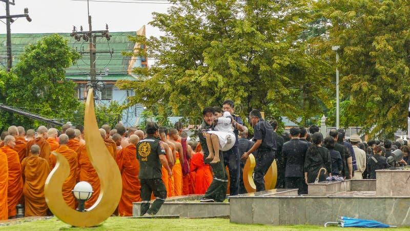 Mujer tailandesa débil durante ceremonia de luto fotos de archivo