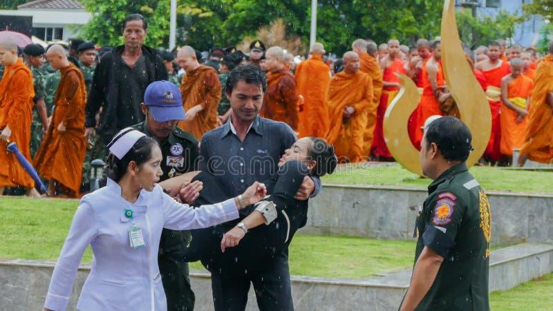 Mujer tailandesa débil durante ceremonia de luto imagen de archivo libre de regalías