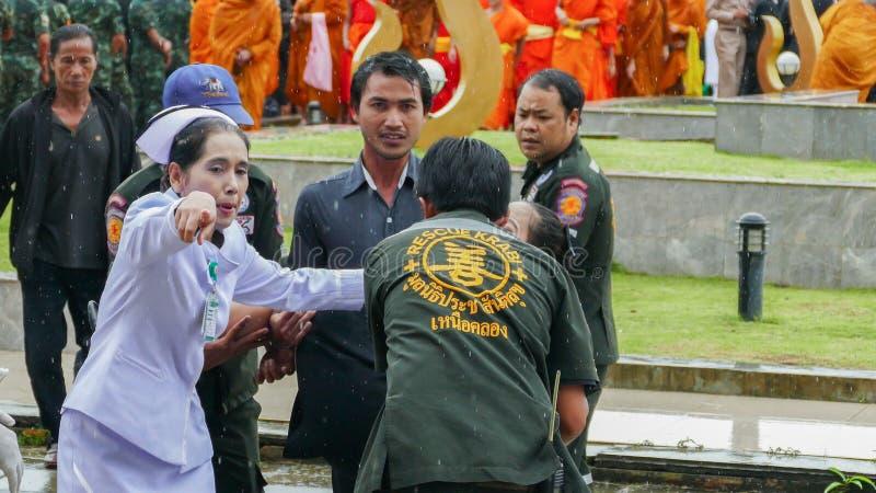 Mujer tailandesa débil durante ceremonia de luto foto de archivo libre de regalías