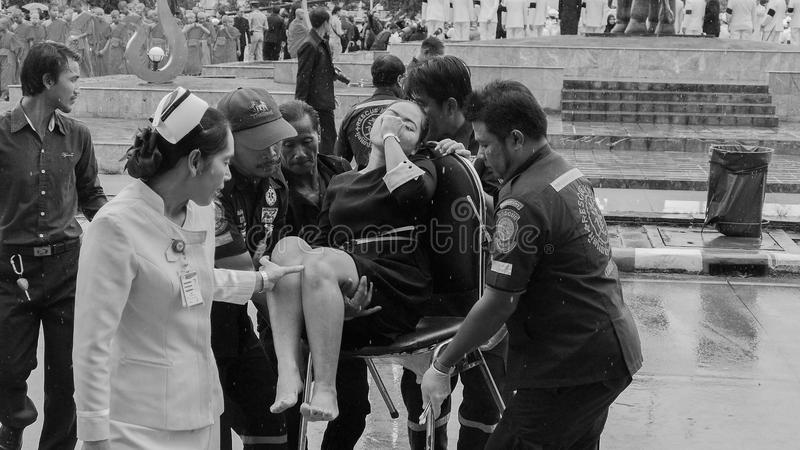 Mujer tailandesa débil durante ceremonia de luto imagenes de archivo