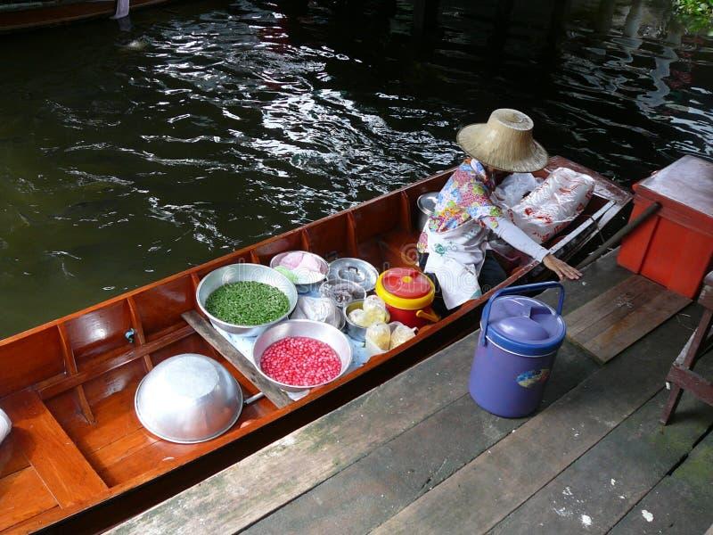 Mujer tailandesa de trabajo que vende la comida del barco imágenes de archivo libres de regalías