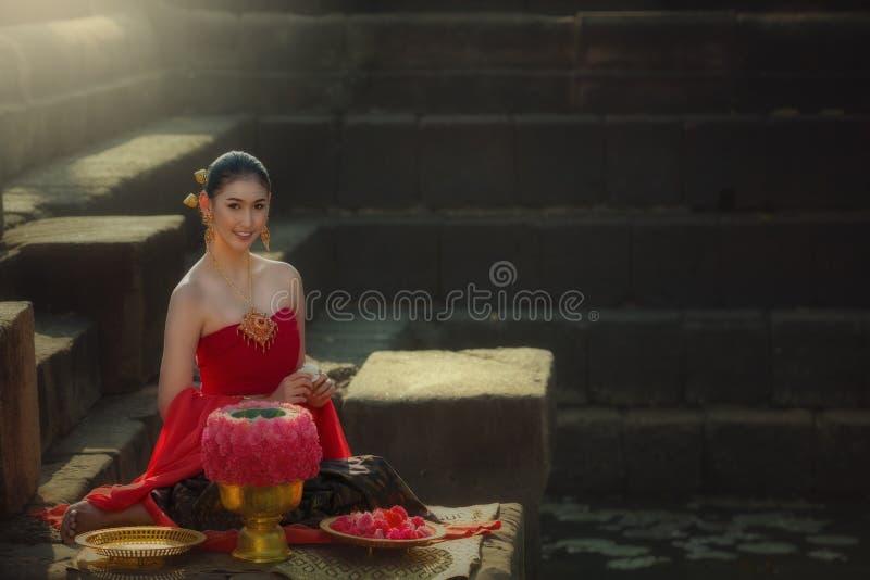 Mujer tailandesa hermosa asiática que se sienta en vestido rojo fotos de archivo libres de regalías