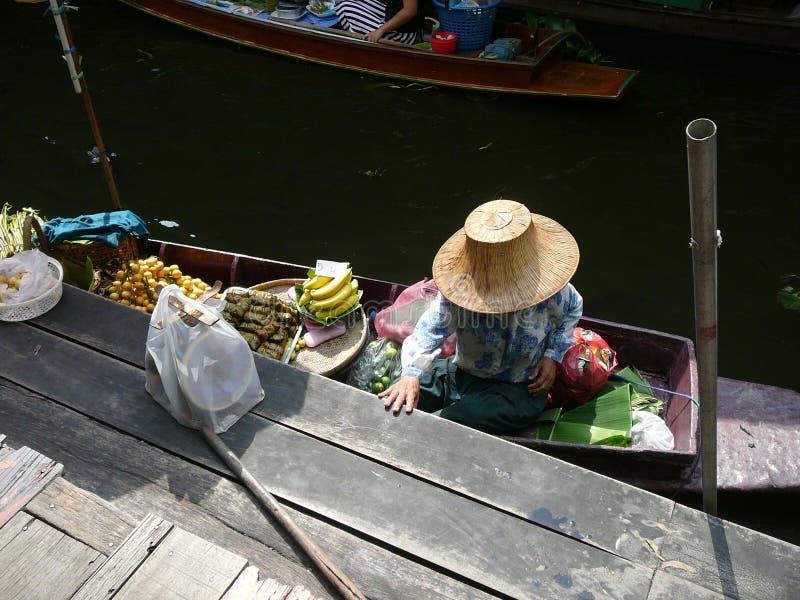 Mujer tailandesa que vende la comida en el mercado flotante fotografía de archivo libre de regalías