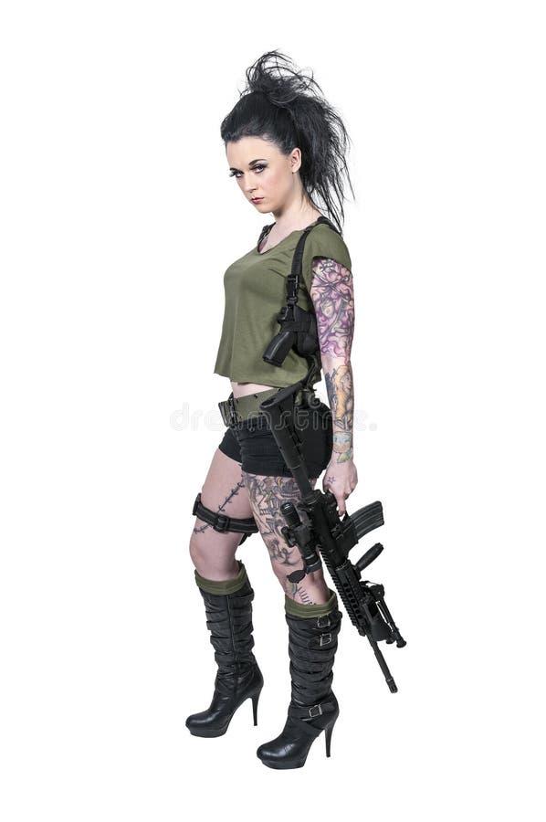 Mujer tatuada con el rifle de asalto fotografía de archivo