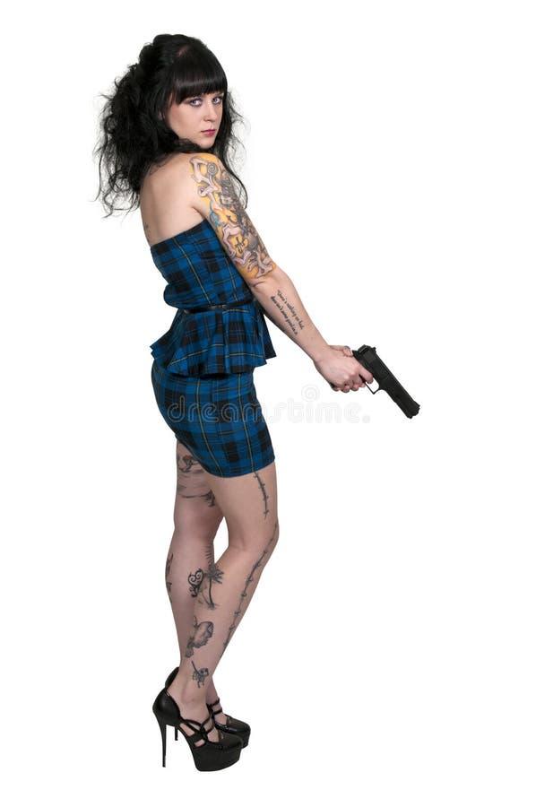 Mujer tatuada con la pistola foto de archivo libre de regalías