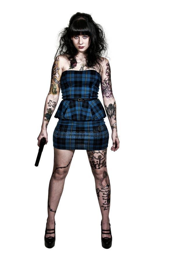 Mujer tatuada con la pistola imagenes de archivo