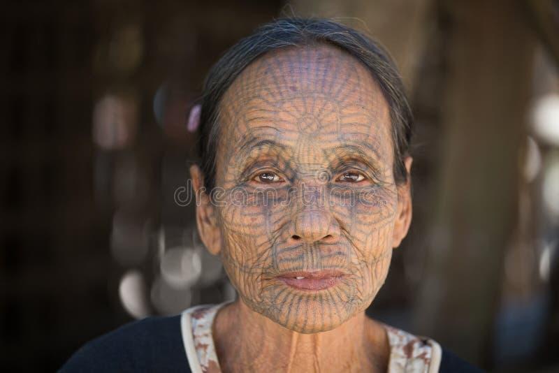 Mujer tatuada tribu de Chin del retrato Mrauk U, Myanmar fotografía de archivo libre de regalías