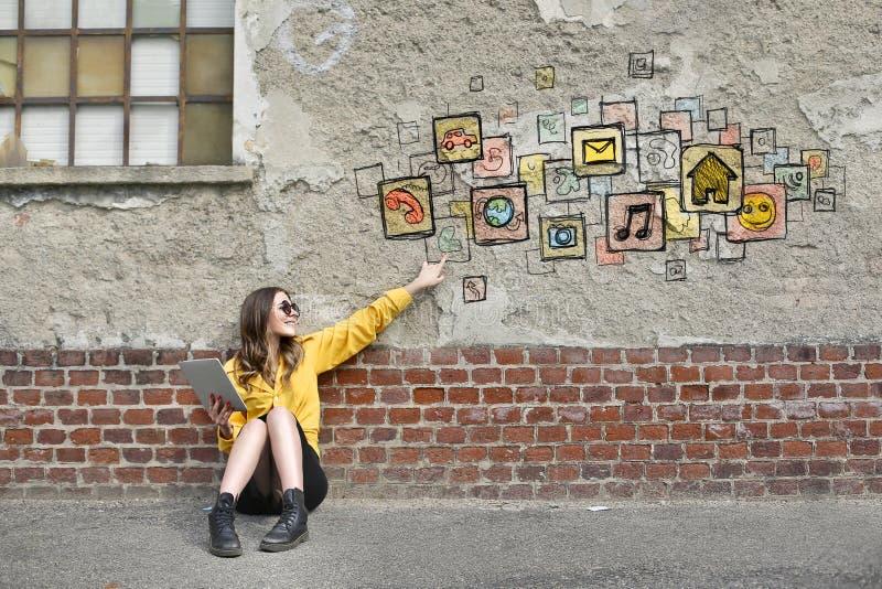 Mujer tecnológica foto de archivo libre de regalías