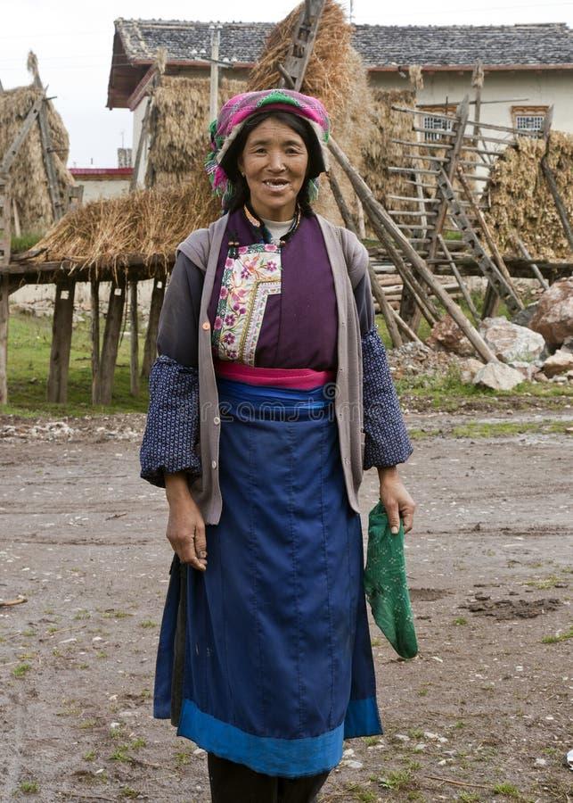 Mujer tibetana en la provincia de Yunnan foto de archivo