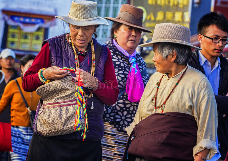 Mujer tibetana que lleva un sombrero fotografía de archivo libre de regalías