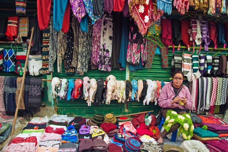 Mujer tibetana que teje la ropa de lana fotos de archivo libres de regalías