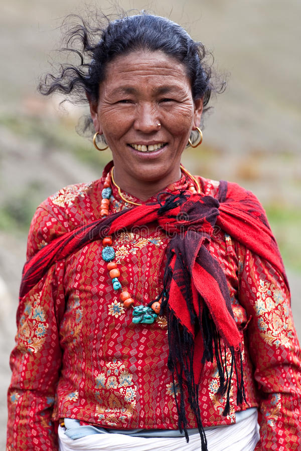 Mujer tibetana sonriente en Dolpo superior, Nepal imagen de archivo