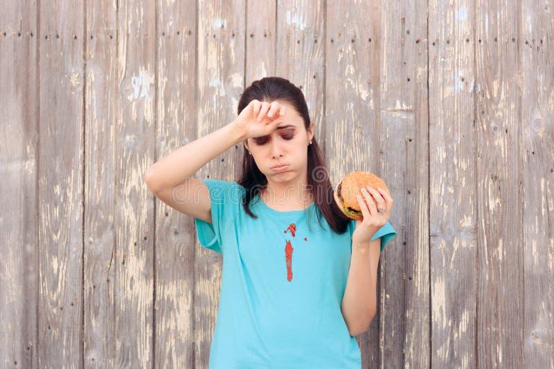 Mujer torpe que mancha su camisa con la salsa de la salsa de tomate imagen de archivo libre de regalías