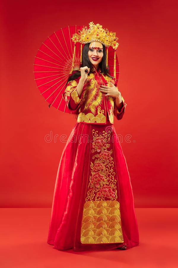 Mujer tradicional china Chica joven hermosa que lleva en traje nacional fotografía de archivo