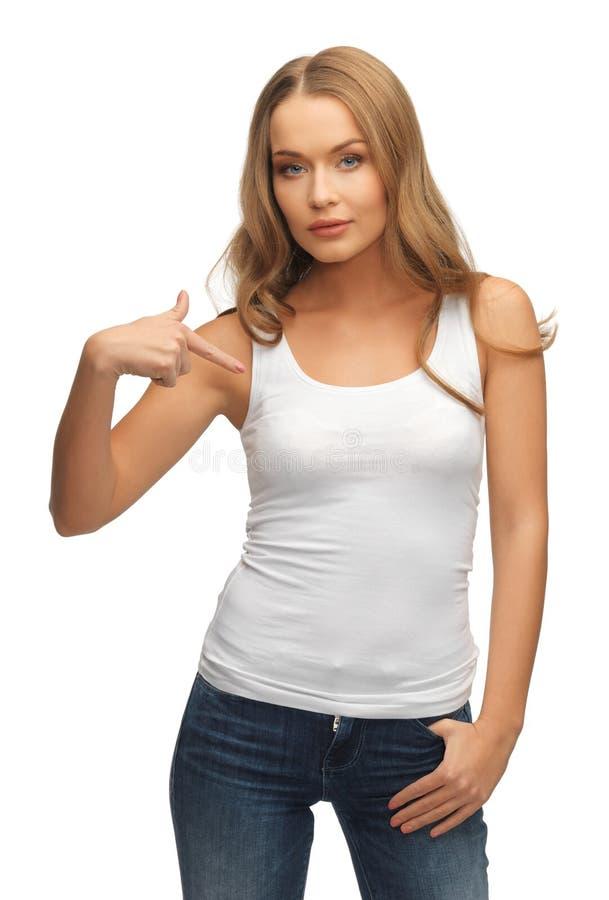 Mujer tranquila y seria en camiseta blanca en blanco fotos de archivo