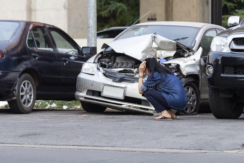 Mujer trastornada asiática del conductor delante del accidente de la colisión del coche del desplome del automóvil imagenes de archivo