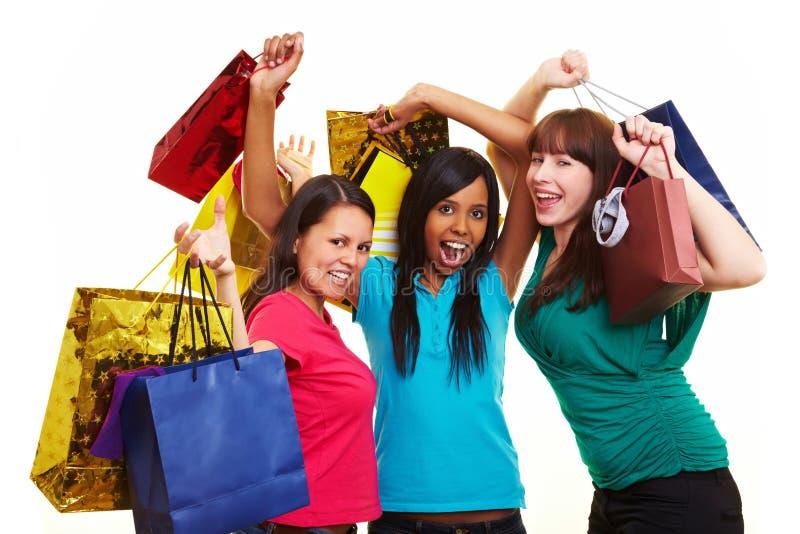 Mujer tres que anima mientras que hace compras imágenes de archivo libres de regalías