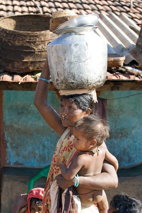 Mujer tribal con la nariz de los pendientes y bebé fotografía de archivo