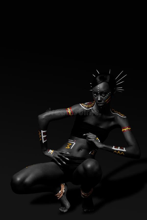 Mujer tribal de la belleza con maquillaje fotos de archivo libres de regalías