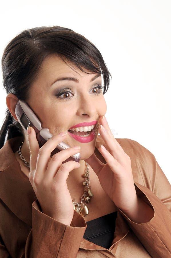 Mujer triguena atractiva con el teléfono móvil foto de archivo libre de regalías
