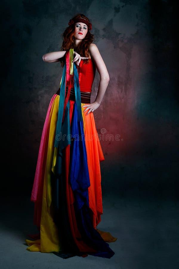 Mujer triguena caucásica hermosa en alineada roja fotos de archivo libres de regalías