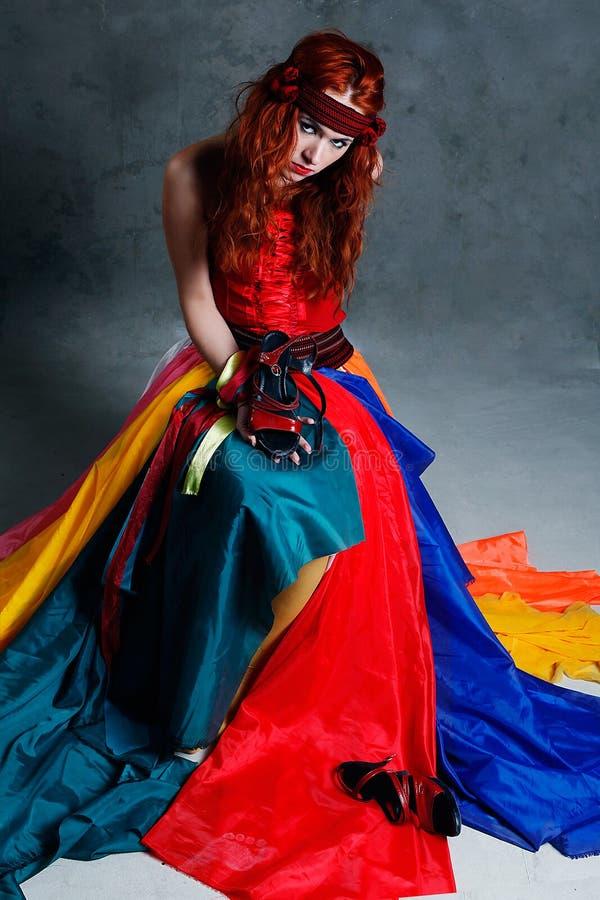 Mujer triguena caucásica hermosa en alineada roja imágenes de archivo libres de regalías