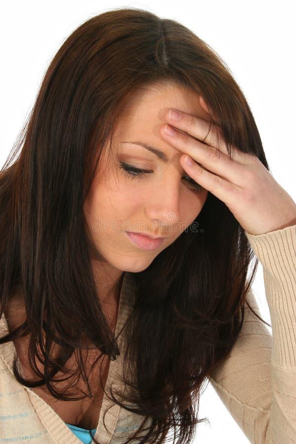 Mujer triguena con dolor de cabeza foto de archivo