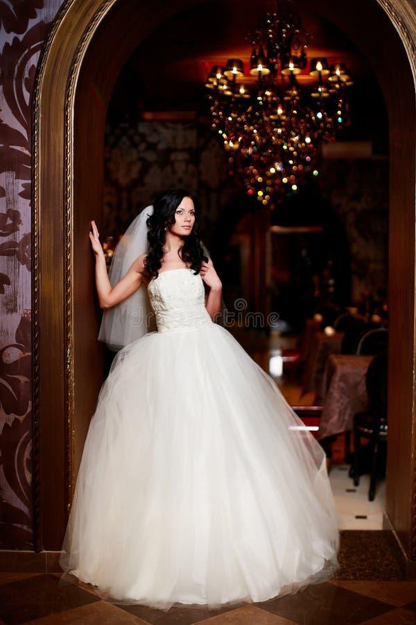 Novia Atractiva Hermosa En El Vestido De Boda Blanco Foto de archivo ...