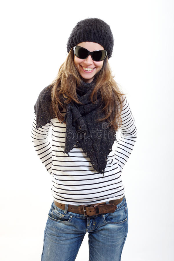 Mujer triguena en el casquillo negro, gafas de sol un mantón fotos de archivo