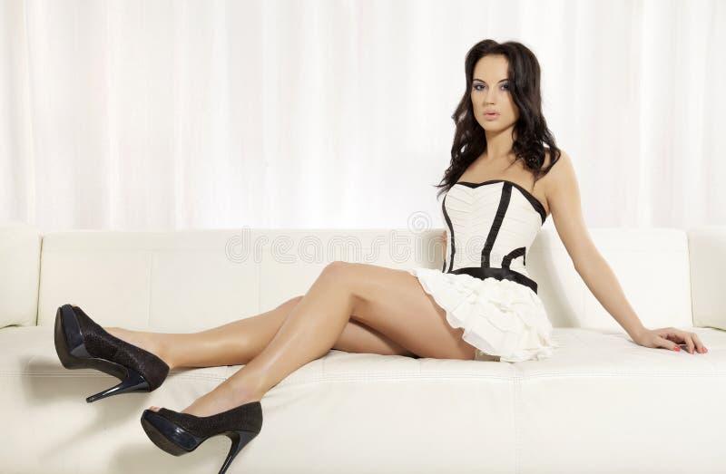 Mujer femenina hermosa y atractiva que presenta en blanco y negro foto de archivo libre de regalías
