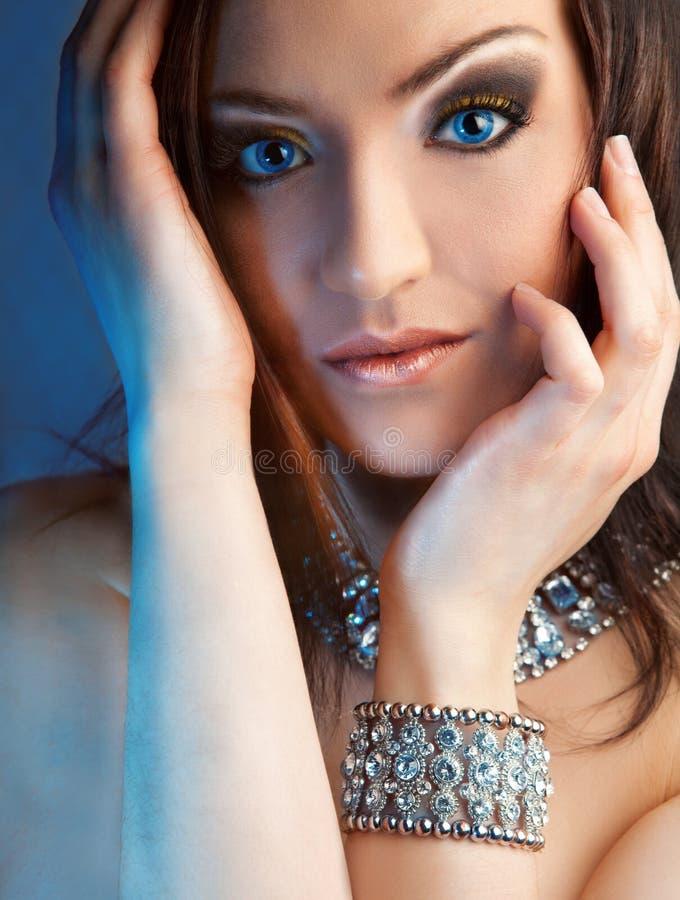 Mujer triguena hermosa joven en joyería imagen de archivo libre de regalías