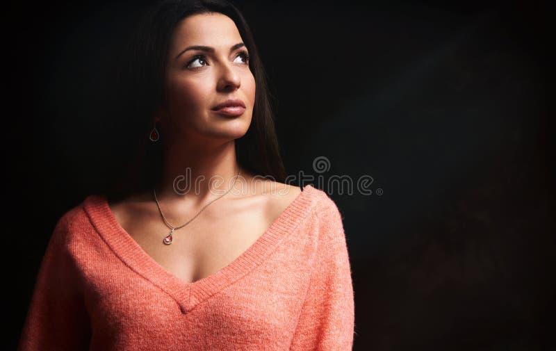 Mujer triguena hermosa que mira para arriba fotografía de archivo