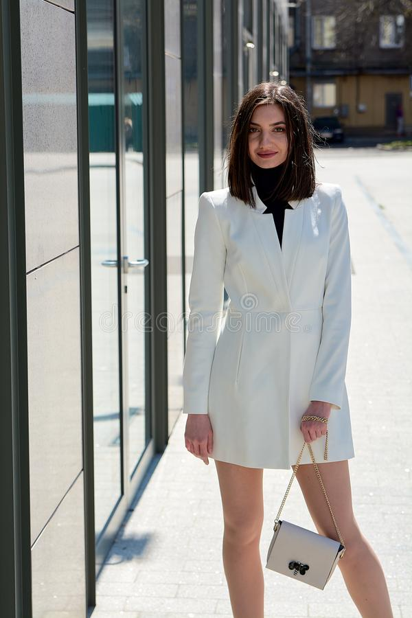 Mujer triguena hermosa Retrato urbano moderno de la mujer Ropa del estilo del negocio de moda imagenes de archivo