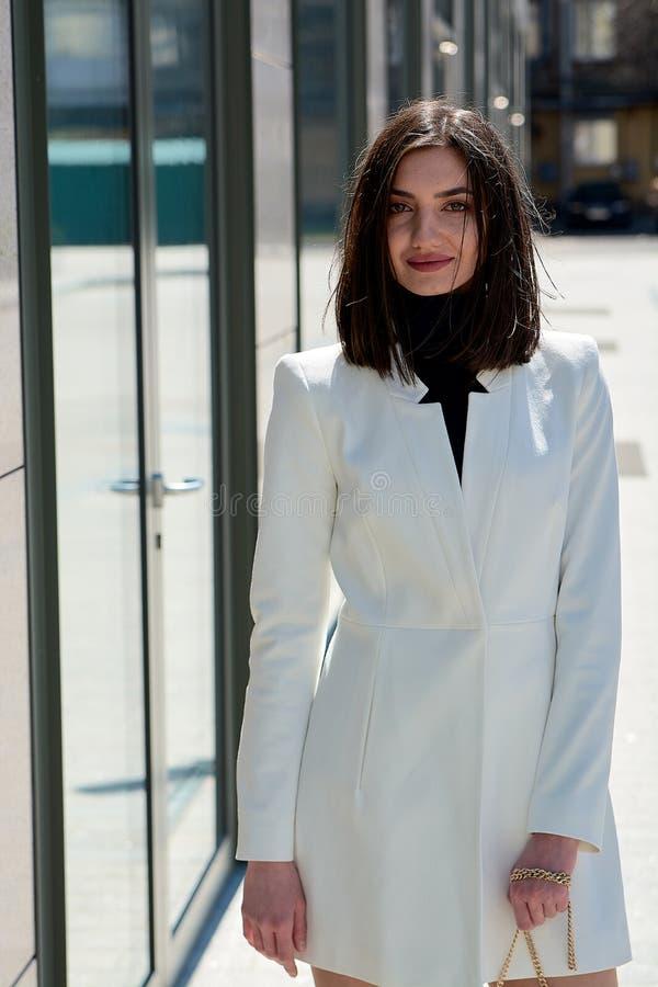 Mujer triguena hermosa Retrato urbano moderno de la mujer Ropa del estilo del negocio de moda fotografía de archivo libre de regalías