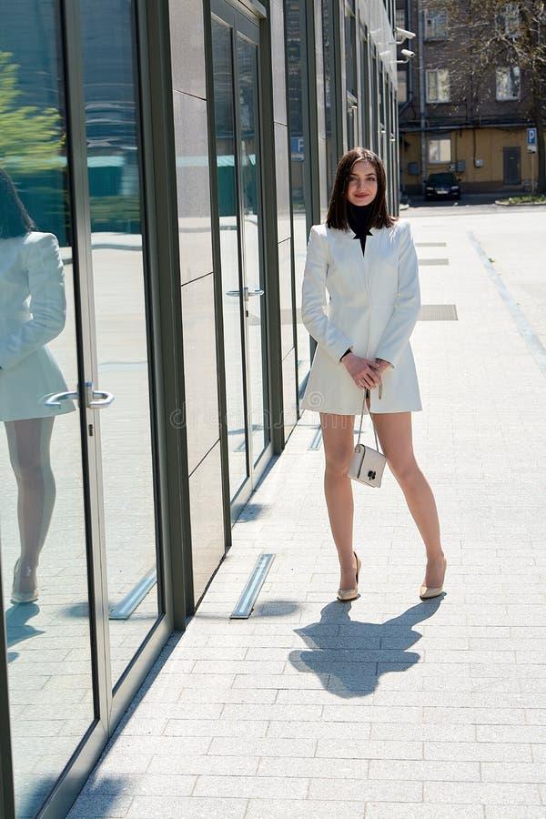 Mujer triguena hermosa Retrato urbano moderno de la mujer Ropa del estilo del negocio de moda foto de archivo libre de regalías
