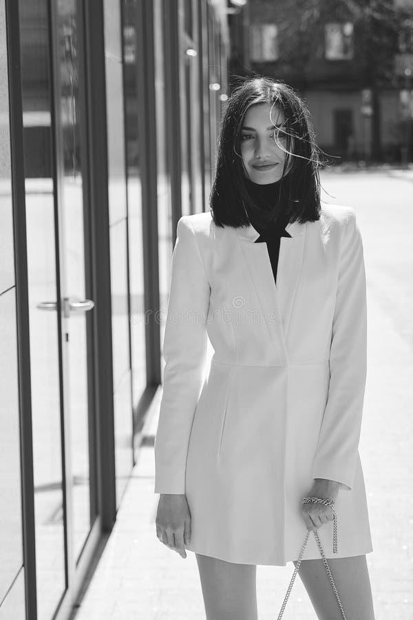 Mujer triguena hermosa Retrato urbano moderno de la mujer Ropa del estilo del negocio de moda foto de archivo
