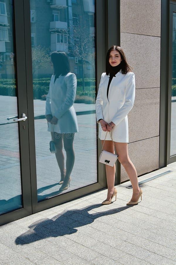 Mujer triguena hermosa Retrato urbano moderno de la mujer Ropa del estilo del negocio de moda imagen de archivo
