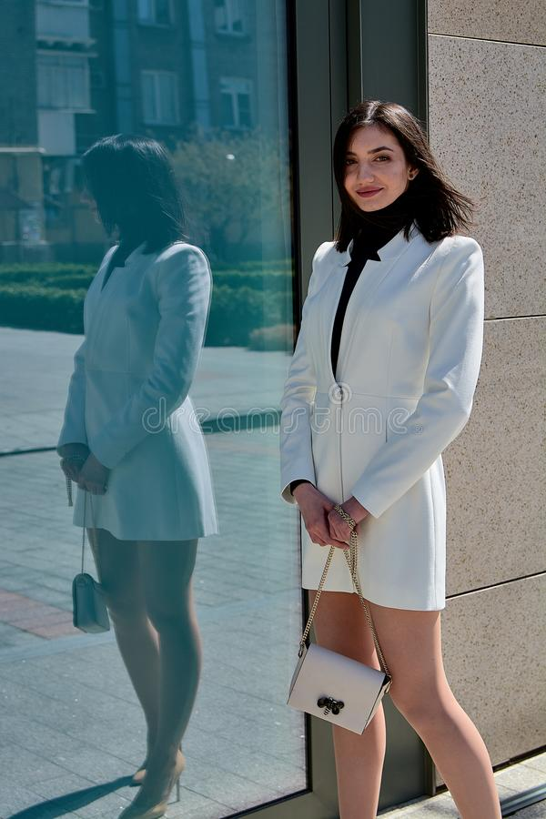Mujer triguena hermosa Retrato urbano moderno de la mujer Ropa del estilo del negocio de moda fotos de archivo