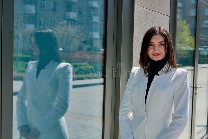 Mujer triguena hermosa Retrato urbano moderno de la mujer Ropa del estilo del negocio de moda imágenes de archivo libres de regalías